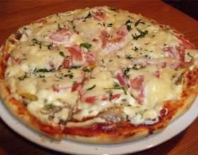 Домашняя пицца с колбасой и грибами фото