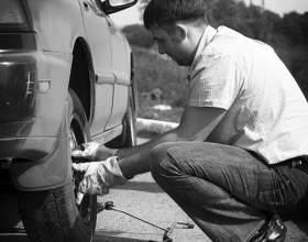 Как поменять колесо в машине фото