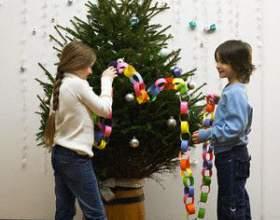 Как поставить елку в ведро фото