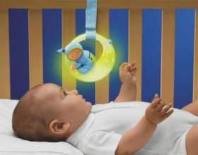Как повесить игрушку над кроваткой фото