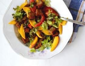 Как приготовить томатный салат с персиками и гренками фото