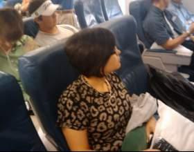 Как привлечь внимание человека, сидящего рядом с тобой в самолете фото
