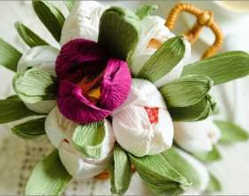 Как сделать цветы из конфет и гофрированной бумаги фото