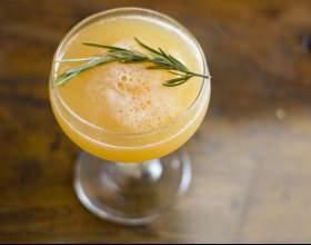 Как сделать персиковый коктейль с розмарином фото