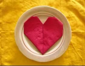Как сделать сердце из салфеток на праздничный стол фото