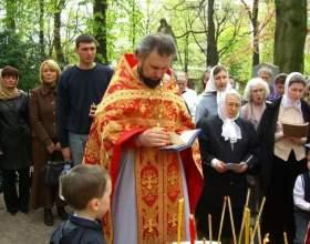 Какие молитвы читать на кладбище фото