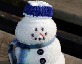 Маленькие подарки своими руками – снеговик из ниток фото