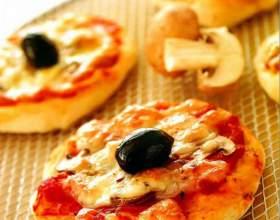 Мини-пиццы с грибами и оливками фото