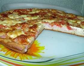 Пицца на кефирном тесте с колбасой и помидорами фото
