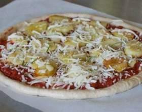 Пицца с индейкой, сардельками и яйцом фото