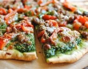 Пицца с песто и колбасой фото