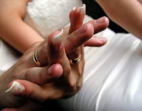 Почему обручальное кольцо надевают на безымянный палец фото