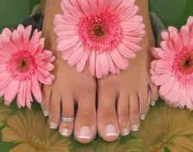 Почему отслаиваются ногти на ногах фото