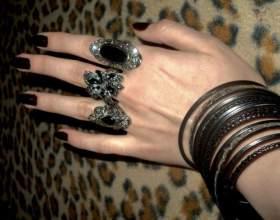Почему женщины носят много колец на пальцах фото