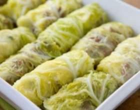 Рулетики из савойской капусты в луково-сметанном соусе фото