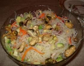 Салат из маринованных мидий фото