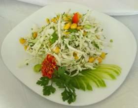 Салат из молодой капусты и зелени фото