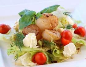 Салат с морскими гребешками фото