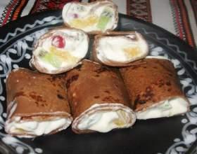 Шоколадные блины с фруктами и взбитыми сливками фото