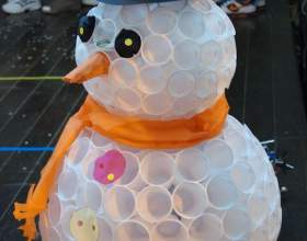 Снеговик из пластиковых стаканчиков фото