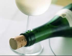 Как открыть бутылку без штопора фото