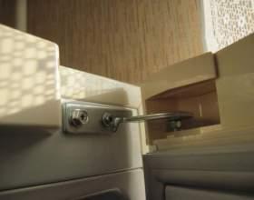 Как перевесить дверцу холодильника фото