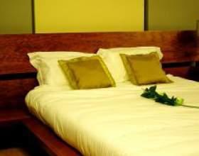 Как поставить кровать в спальне фото