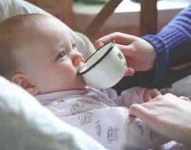 Как приучить ребенка пить из кружки фото