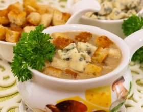 Суп с грибами, сухариками и сыром фото