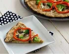 Тайская пицца с брокколи, грибами и красным перцем фото