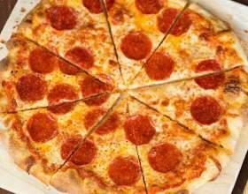 Тонкая сырная пицца с пепперони фото